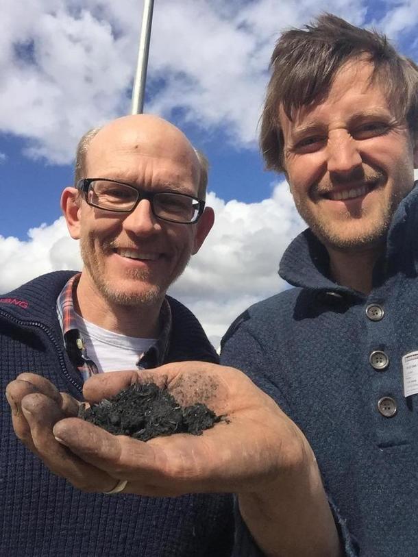 Erik Joner og Bybonden med biokull i hånd