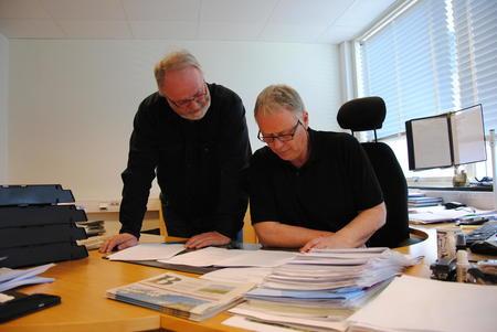 Fylkesleder Trond Ellingsbø og organisasjonssjef Ola Råbøl studerer Statens tilbud til jordbruksforhandlingene.