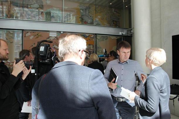 Stor interesse då jordbruket tok i mot statens krav onsdag for ei veke sidan. No sitt dei to partane i forhandlingar. Her er det Lars Petter Bartnes som blir intervjua.