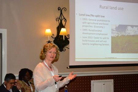 Kristin Ianssen innleiar om norsk eigedomspolitikk for bønder frå heile verda.
