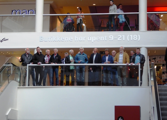 Hjelmås mannskor er med på FlashMob i Bergen