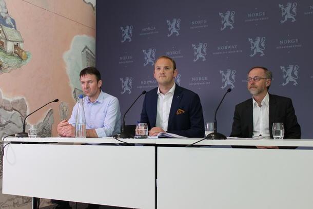 Fra pressekonferansen etter avtaleinngåelsen. F.v Lars Petter Bartnes, Jon Georg Dale og Leif Forsell