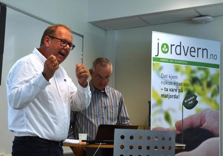 Stortingsrepresentant Pål Farstad (V) og rektor ved Gjermundnes, Aadne Haarr.