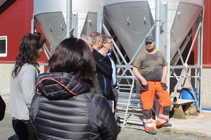 Steffen Mathias Veien har bygd ny fjøs. Han driv med mjølkeproduksjon, og fekk syne fram løa til mellom anna statsråden.