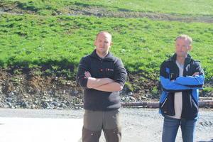 Landbruksminister Jon Georg Dale (FrP) og fylkesleiar i Sogn og Fjordane Bondelag, Anders Felde, på gardsbesøk i Naustdal.
