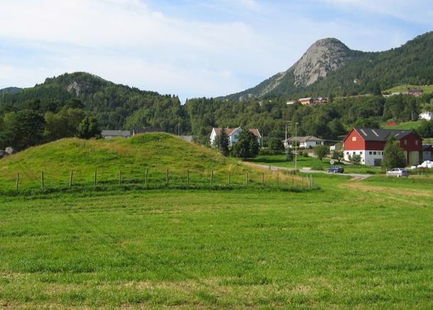 Det sies ofte at konger er gravlagt i store gravhauger. Bildet er fra heftet og viser Boningshaugen i Vest-Agder. Foto: Atle Omland.