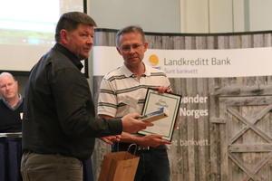 PRIS: Inge Brekke får prisen av Landkreditt sin styreleiar Knut A. Nordmo.