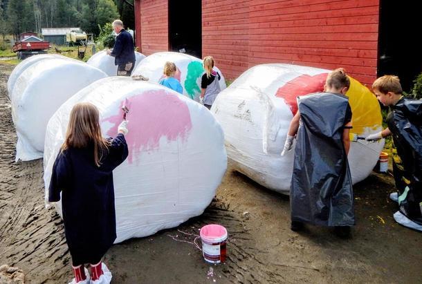 Bjerka Barnehage har malt rundballer til syklistene skal passere.