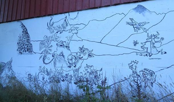 Ragna Skjerdal står for kunsten på fjøsveggen på Leira.