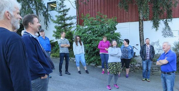 Godt humør under besøket hos geitebøndene på Leira i Ørsta kommune.