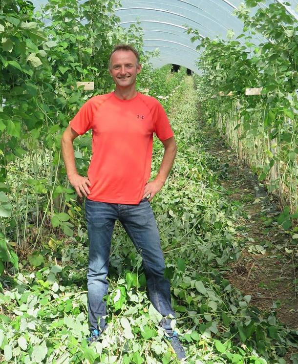 Fylkesleiar Anders Felde trivst godt i bringebærtunellen.