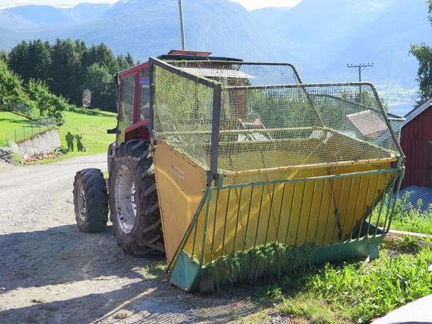Vossakassen er naudsynt i innhaustinga i bratt terreng. Denne traktoren blir brukt til å køyre mellom. Traktoren som vert brukt i slåtten har tvillinghjul.