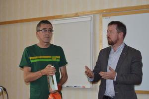 Matblogger og tidligere journalist i Aftenposten, Yngve Ekern (t.v.) og fylkesleder i M&R Bondelag, Oddvar Mikkelsen, som var møteleder på konferansen.