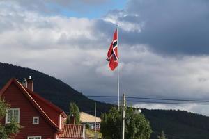 Flagget var oppe og sola skein på Hovland Gard.