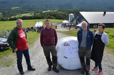 Leder i Nesset Bondelag, John Helde (t.v.) var sammen med vertskapet Ole Marvin Aarstad og kårfolket Britt og Ole Harald Aarstad godt fornøyd med 350 besøkende (Foto: Arild Erlien).