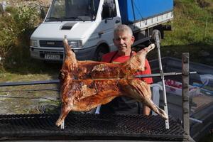 Torodd Kvam var grillsjef, og serverte mellom anna heilgrilla lam frå Hovland Gard.