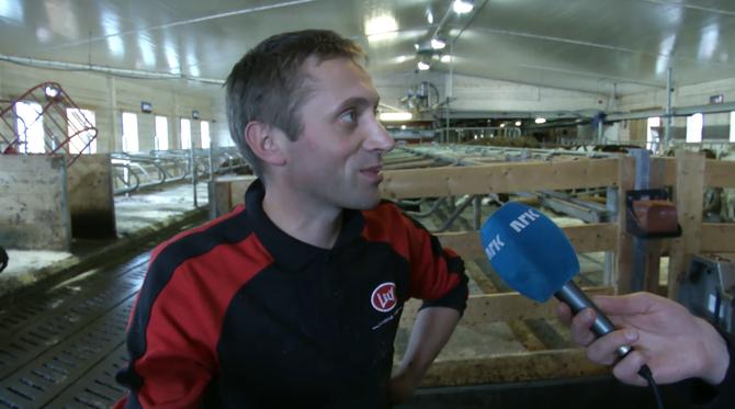 Hans Ulberg i Sør-Fron har opna fjøset sitt for NRK, 24 timar i døgnet. Her blir han intervjua av Fjosstudio, sendinga som går kvar dag klokka 14.00. Skjermdump frå nrk.no