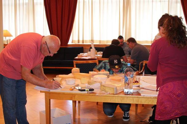 I ARBEID: Lukt, konsist og smak er noe av det som inngår i bedømmingen. Her ved dommerne Kari Marte Sjøvik, fasilitator for arrangementet ved Landbrukets Hus og lokalmatansvarlig i Bondelaget, kokk Miklos Kamai (med briller) og Knut Erik Grindaker, ysteteknolog og tidligere ansatt i Tine i 40 år.