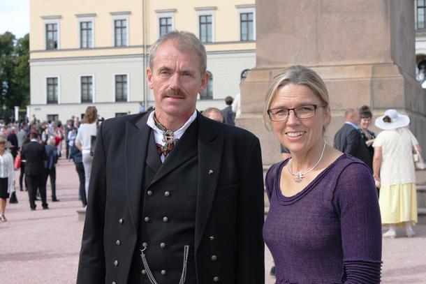 Erik Dahl og Lise K. Skreddernes på veg til hagefest i Slottsparken.