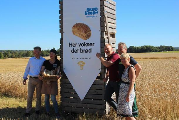 Her vokser det brød-banner. Øystein Halvorsen fra Bakehuset, Kjersti With fra With bakeri og kaffe, Jon Georg Dale, Hans Edvard Torp og Torunn Nordbø OBK.