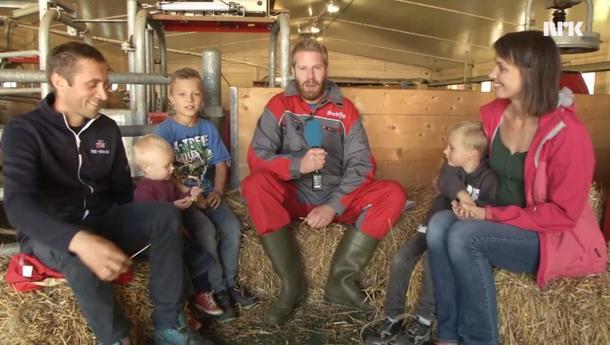 Skjermdump fra NRKfjos med familien Ulberg og Reidar Kjæstad i midten.