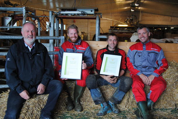 I halmen: Trond Ellingsbø delte ut Bondevettprisen til Reidar Kjæstad, Hans Ulberg og Roar Berntsen. Foto: Astrid Simengård.