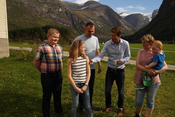 FRÅ VENSTRE: Ruben (15), Andrea (12), Nils Kjøsnes, Knut Arild Hareide (leiar i KrF), Inger Birgitte Flatjord Kjøsnes og Theodor (snart 2).