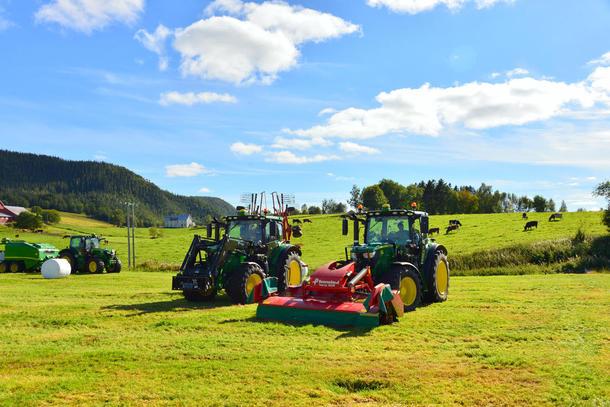 Lokale bønder og Felleskjøpet demonstrerte store traktorer og grashøsteutstyr.
