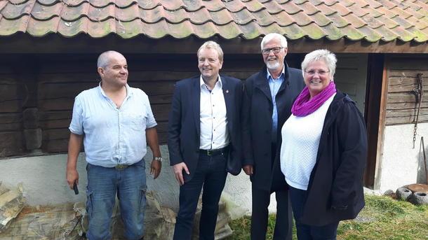 Bonden på IPT-gården Meltvedt i Skien, Vetle Øverland, statssekretær Terje Halleland i Landbruks- og matdepartementet, styreleder Kolbjørn Almlid i IPT Norge SA, Bondelagets 2. nestleder, Brita Skallerud, som også er nestleder i det nye samvirket.