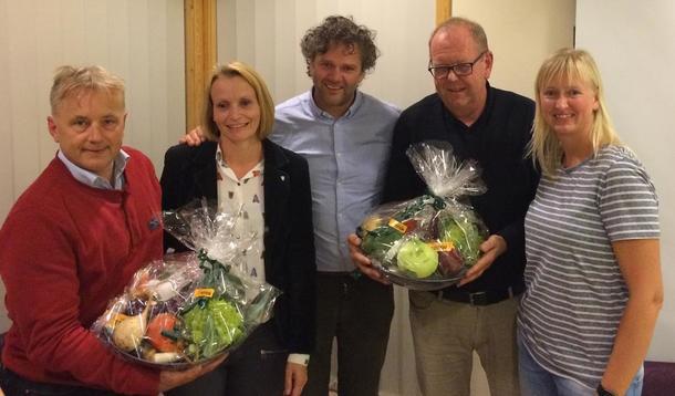 Knut Storberget (Ap), ordfører i Østre Toten Guri  Bråten (Ap), Thor Johannes Rogneby fra Mat fra Toten, Pål Farstad (V) og Linda Suleng (Østre Toten Bondelag og Mat fra Toten)