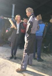 Ordfører Guri Bråten tar en prat med mjølkeprodusent Georg Raddum.