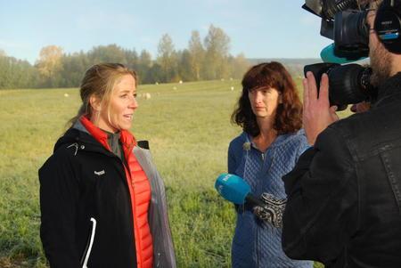Generalsekretær Nina Jensen i WWF besøkte Hedmark Bondelag. Her med sauebonde Marianne Tomter Nylund i Vang