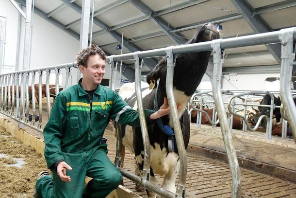 KJEKT: Andreas Bolset set pris på nominasjonen. Han driv med mjølkeproduksjon og har ein kvote på 455 000 liter.