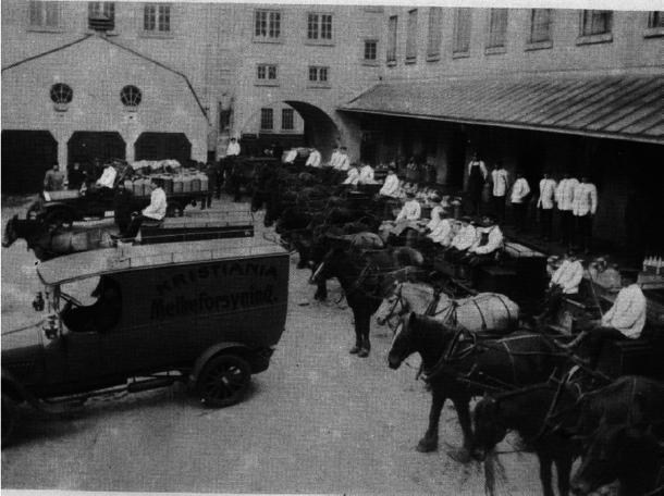 Bilde fra 1914 i det som i dag er bakgården i landbrukskvartalet. Melkeforsyningens kjørere er klare til å rykke ut med 15 hester og 2 biler.