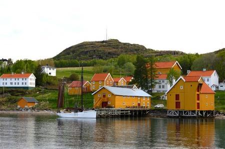 Brygga og gården sett fra havet