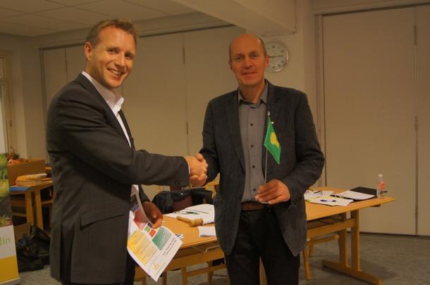 Vestfold Bondelag v Amund Kind gratulerte med jubileet og overleverte Bondelagsflagget