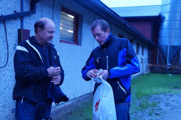 Nestleiaren i Sogn og Fjordane Bondelag, Ole-Ivar Åm Sognnes, takkar Hogne Bjørklund for at me fekk kome på besøk.