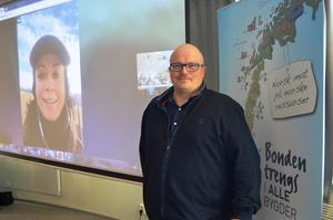 Stortingsrepresentant Else May Botten (Ap) deltok på Skype, mens fylkesleder i Arbeiderpartiet, Per Vidar Kjølmoen, var tilstede i møtesalen.