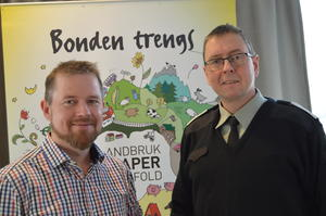 Bondelagets fylkesleder Oddvar Mikkelsen (t.v.) er befal i Nordmøre HV-område. Distriktssjef i HV-11 (Møre og Fjordane heimevernsdistrikt 11), Per Olav Vaagland, innledet om matberedskap og rikets sikkerhet.