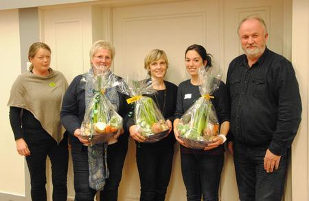 Som takk, fikk innlederne en matnyttig blomst fra Toten; rotgrønnsaker og andre godsaker fra Gjøvik-området. F.v. styremedlem Bjørnhild Kihle, Brita Skallerud, Lise Boeck Jakobsen, Marthe Dypdalen og styreleder Trond Ellingsbø.