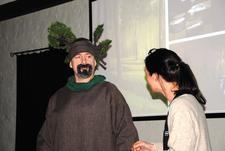 Herr Gran hilser på og klarer og stå oppreist etter å fått tilført CO2, vann og sol.