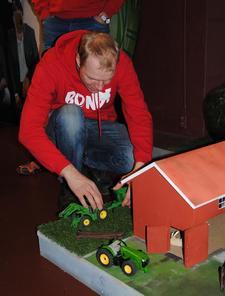 Det er ikke bare små unger som vil leke seg på en minibondegård. Her er Tormod Frøyse på tur med traktoren.
