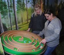 Klima og miljø er sjølsagt et tema i utstillingen. Her prøver Linda Suleng og Kristina Hegge å komme seg fram uten bruk av fossilt brennstoff.