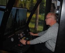 Det hjelper på å ha erfaring med gravemaskin når skogsmaskinsimulatoren skal prøves. Ole Kristian Oldre prøver å fylle opp lassbæreren.