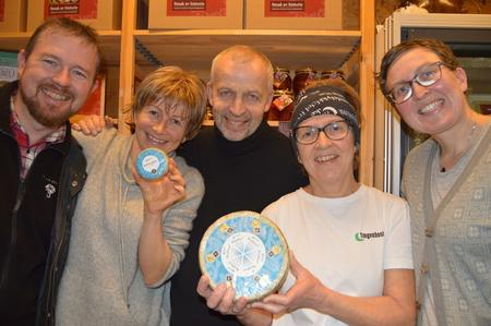 Fylkesleder Oddvar Mikkelsen (t.v.) og rådgiver Rose Bergslid i Møre og Romsdal Bondelag gratulerte med verdens beste ost til Gunnar, Solvor og Kristin Waagen (Foto: Arnar Lyche).