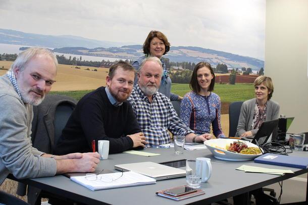 Dette er aksjonsutvalget i Norges Bondelag: leder Einar Frogner, Oddvar Mikkelsen fylkesleder i Møre og Romsdal, Trond Ellingsbø fylkesleder i Oppland, Astrid Solberg, organisasjonssjef, Tora Voll Dombu, leder i NBU, Lise Boeck Jakobsen, kommunikasjonssjef. Unni Hellebø Andreassen, organisasjonssjef i Troms er også med i utvalget.