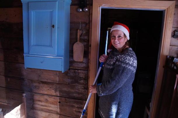 TEK DET LITT ETTERKVART: Sjøl om Kvamme ikkje er glad i julevasken, gjer ho det med godt humør.