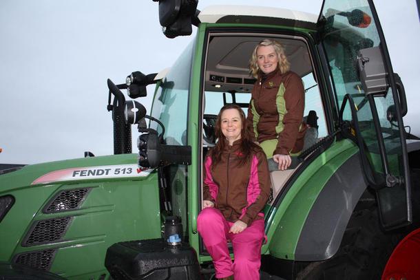 Med sine fargerike arbeidsklær spesielt sydd for kvinner, har Ine Bye Rossetnes (til venstre) og Thrine Bye Heggum gjort stor suksess.