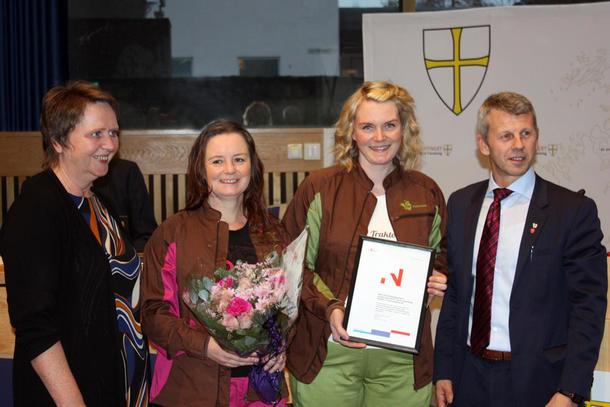 Ine Bye Rossetnes og Thrine Bye Heggum i Traktorpikene fikk overrakt BU-prisen av direktør Vigdis Harvik i Innovasjon Norge og fylkesråd Terje Sørvik.