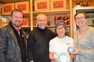 Fylkesleder i Møre og Romsdal Bondelag, Oddvar Mikkelsen (t.v.) sammen med Gunnar, Solvor og Kristin Waagen, da fylkeslaget besøkte osteverdensmester Tingvollost med gratulasjoner 25. november (Foto: Rose Bergslid)